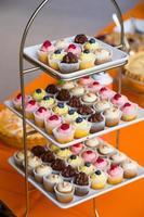 bruiloft cupcakes bij de receptie foto