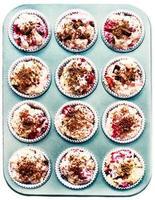 rauw muffinbeslag in blik, geïsoleerd op wit