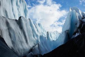 blauwe gletsjertoppen op de matanuska-gletsjer, alaska, VS. foto