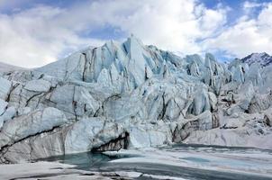 blauw ijs en meer bij een gletsjer