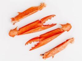 gekookte krabklauwen die op witte achtergrond worden geïsoleerd. foto
