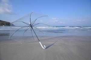 een paraplu op het strand foto