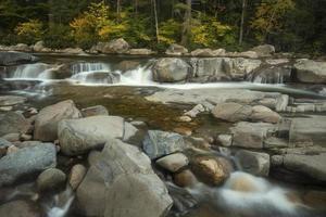 stroomversnellingen en richels van lagere watervallen, snelle rivier, new hampshire.