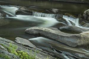 kleine watervallen in Sugar River, Newport, New Hampshire, Long Ex