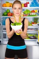 gezonde vrouw met verse salade foto
