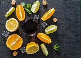 sangria-ingrediënten - schijfjes sinaasappel, citroen en limoen foto