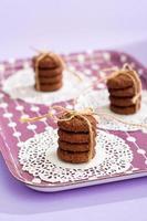 zes zelfgemaakte chocoladekoekjes gebonden met een lint.