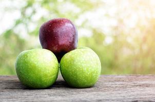 rode appel en groene appel foto