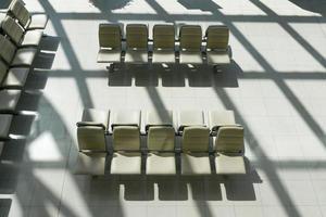 lege stoelen in een lege kamer foto