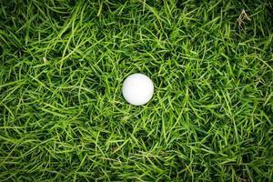 golfbal op groen gras foto