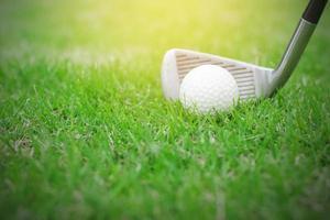 close-up van een golfbal op groen gras in de golfbaan foto