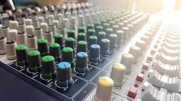 bedieningselementen voor een audiomixer foto
