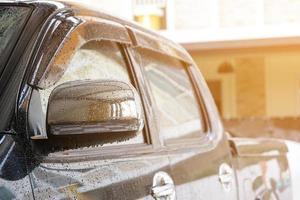 vrachtwagen wordt voorbereid op een wasbeurt