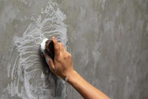 hand schrobben een muur foto