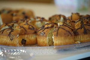 close-up van muffins op glazen dienblad
