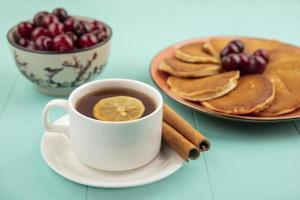 thee met pannenkoeken op blauwe achtergrond foto