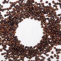 voedselfotografie plat leggen van koffiebonen met kopie ruimte foto