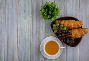 food fotografie plat leggen van een kopje thee met brood en bessen met kopie ruimte foto