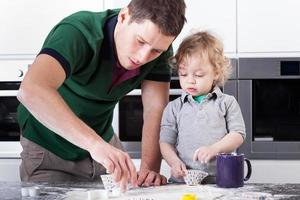 vader koekjes bakken met zoon foto