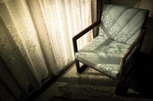 vintage gefilterde fauteuil, interieurconcept. foto