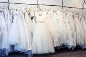 collectie trouwjurken in de winkel foto