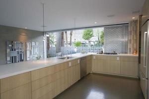 keuken ingericht met licht hout foto