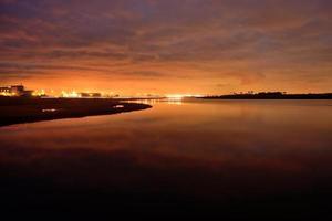 zonsopgang die weg van zon over wetlands in Californië wordt geconfronteerd