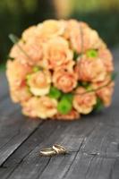 gouden ringen en boeket rozen foto