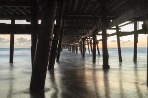 onder de San Clemente-pier bij zonsondergang