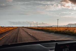 ondergaande zon op de weg