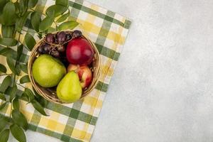 geassorteerde fruit op gestileerde mid-herfst achtergrond foto