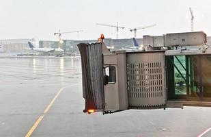 passagiersbrug voor vliegtuigen met zware regenval foto