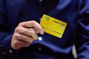 zakenman met creditcard