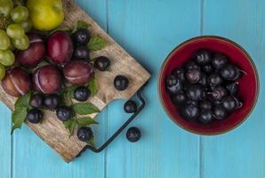 geassorteerde fruit op blauwe achtergrond