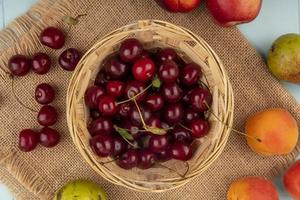geassorteerde fruit op gestileerde herfst achtergrond foto