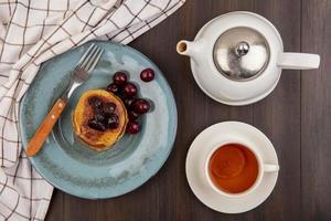 ontbijtset met pannenkoeken en koffie op houten achtergrond foto