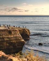niet-geïdentificeerde mensen aan de oceaan in San Diego