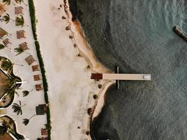 luchtfoto van het strand overdag