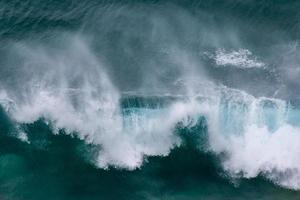 dramatische oceaangolven die dichtbij de kust breken