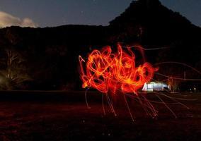 newnes, australia, 2020 - lange blootstelling van licht schilderen met vuur foto