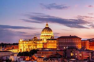 rome, Italië, 2020 - st. peter's basiliek bij zonsondergang