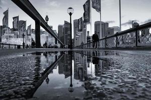 sydney, Australië, 2020 - mensen die na regen in de stad lopen