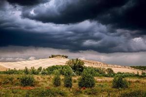 Toscane, Italië, 2020 - huis op een heuvel met onweerswolken