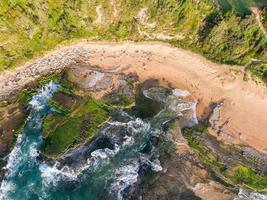 luchtfoto van strand met rotsen en kliffen