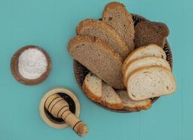 gesneden brood op blauwe achtergrond foto