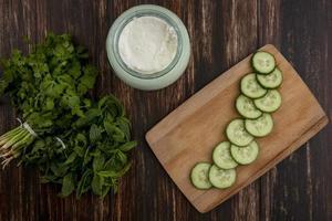groenten en dip op een houten achtergrond