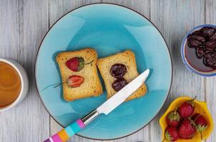 toast met fruit geplateerd op grijze houten achtergrond foto