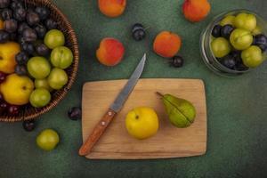 geassorteerde fruit op een groene achtergrond foto