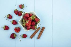 aardbeien op een blauwe achtergrond met kopie ruimte foto