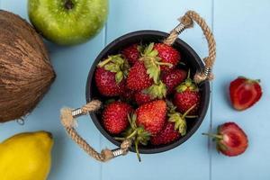 aardbeien in een mand op blauwe achtergrond foto